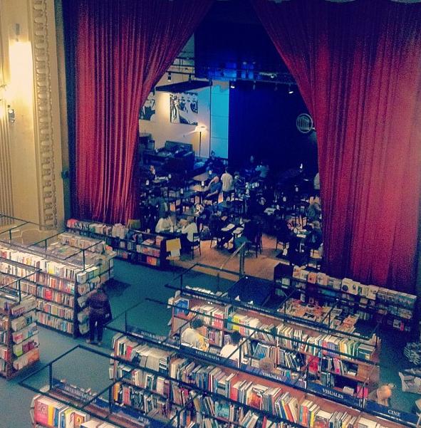 """Dobrei a esquina próximo a Recoleta em Buenos Aires, olhei para cima e vi escrito """"El Ateneo"""". Abri a página do Guia onde já tinha visto algo semelhante na parte de livrarias e confirmei: estava na frente da loja de livros mais linda do mundo."""
