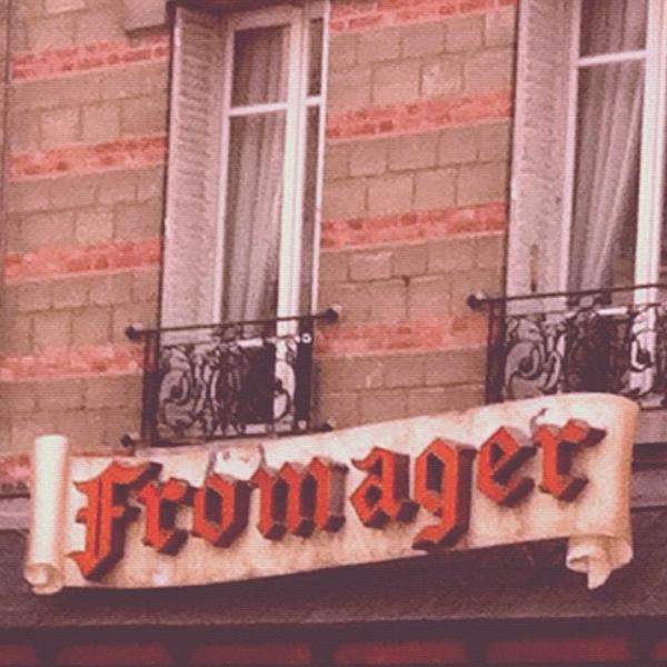 Encontrava essa pequena loja de queijos todos os dias no meu caminho Chatou-Paris. As letras em vermelho me chamaram a atençao. O dono da loja é um senhor simpático, de uns 70 anos, que me revelou nunca ter perdido um jogo do Pelé.