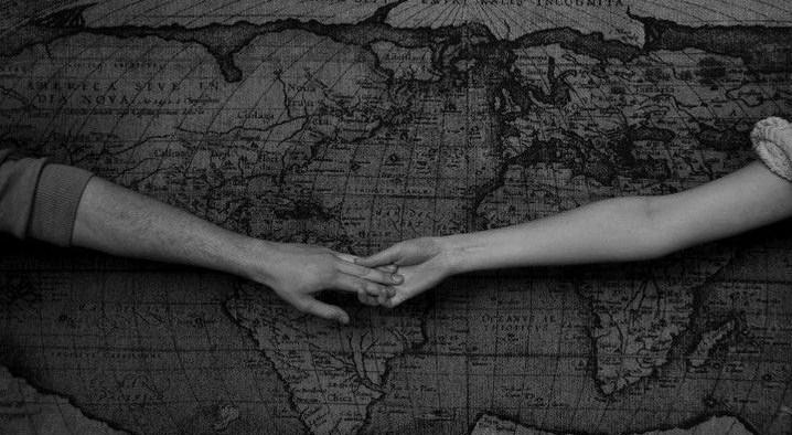 holding hands mapa mundi